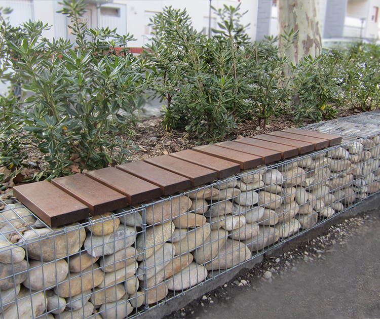 banc en bois sur gabions guyon mobilier urbain outdoormobilier urbain guyon sa fabricant. Black Bedroom Furniture Sets. Home Design Ideas